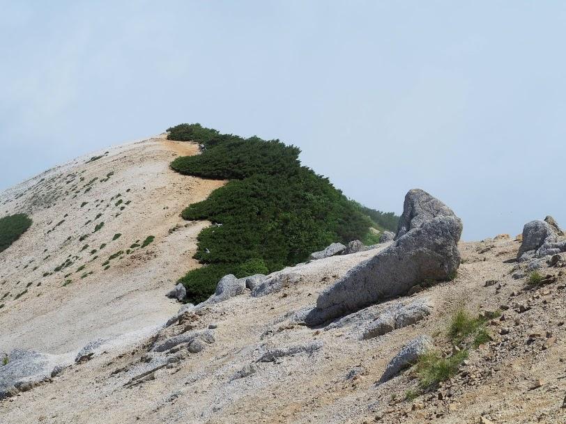 燕岳山頂への尾根