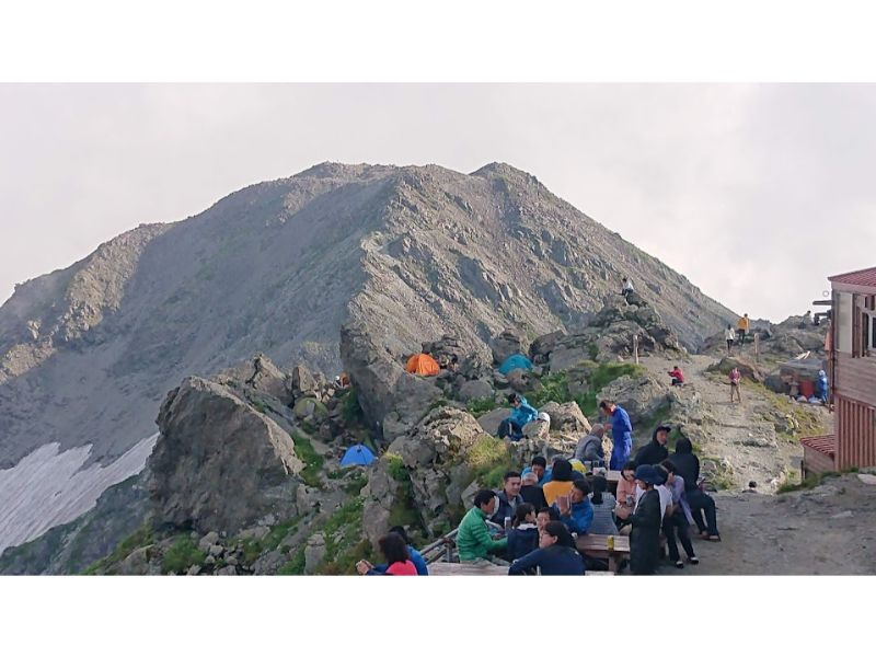 槍ヶ岳山荘から南岳をみる