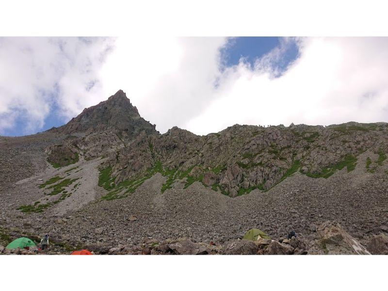 殺生ヒュッテのテント場から槍ヶ岳を眺める