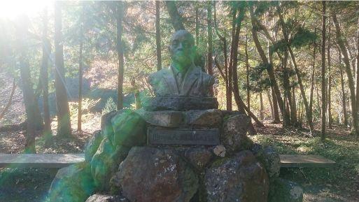 西山林道の胸像