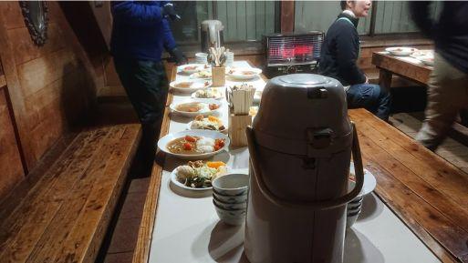 尊仏山荘の食堂テーブル
