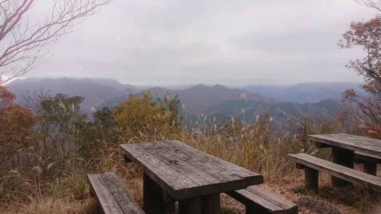 経ヶ岳ん山頂のベンチ