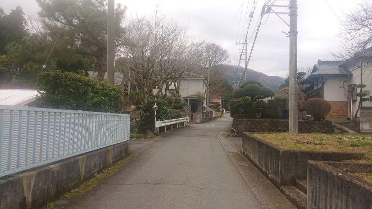 上萩野バス停から登山口へ