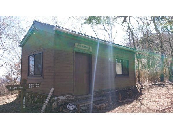 菰釣山避難小屋
