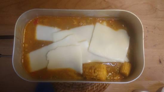 カレーとチーズをのせる