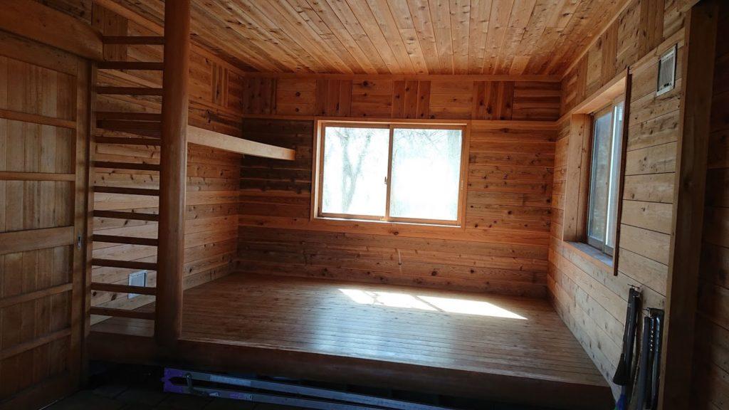 避難小屋の内装1