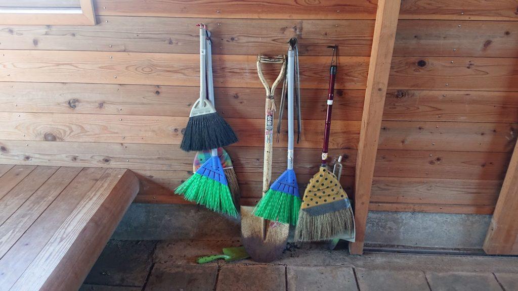 避難小屋の掃除用具