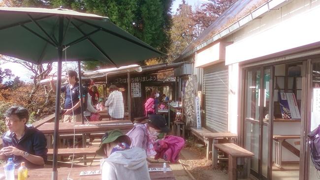 混雑する大山の茶屋