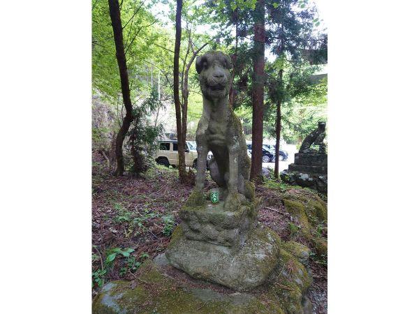 武甲山登山口前の犬の像
