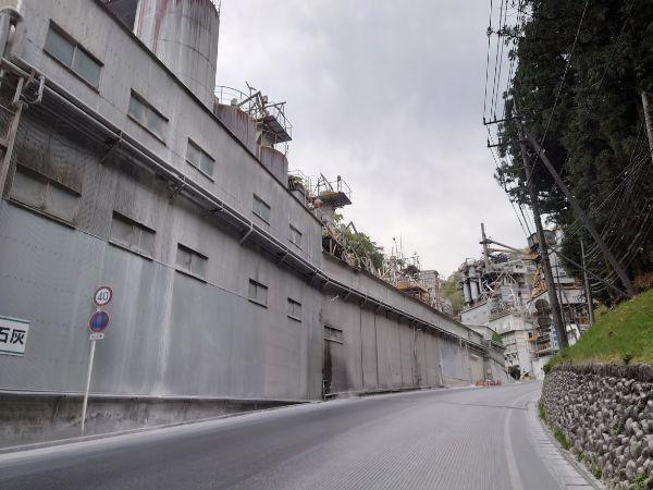 武甲山まで石灰工場の横を歩き続ける