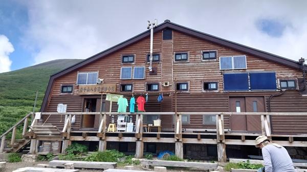 【岩手山】8合目避難小屋の外観